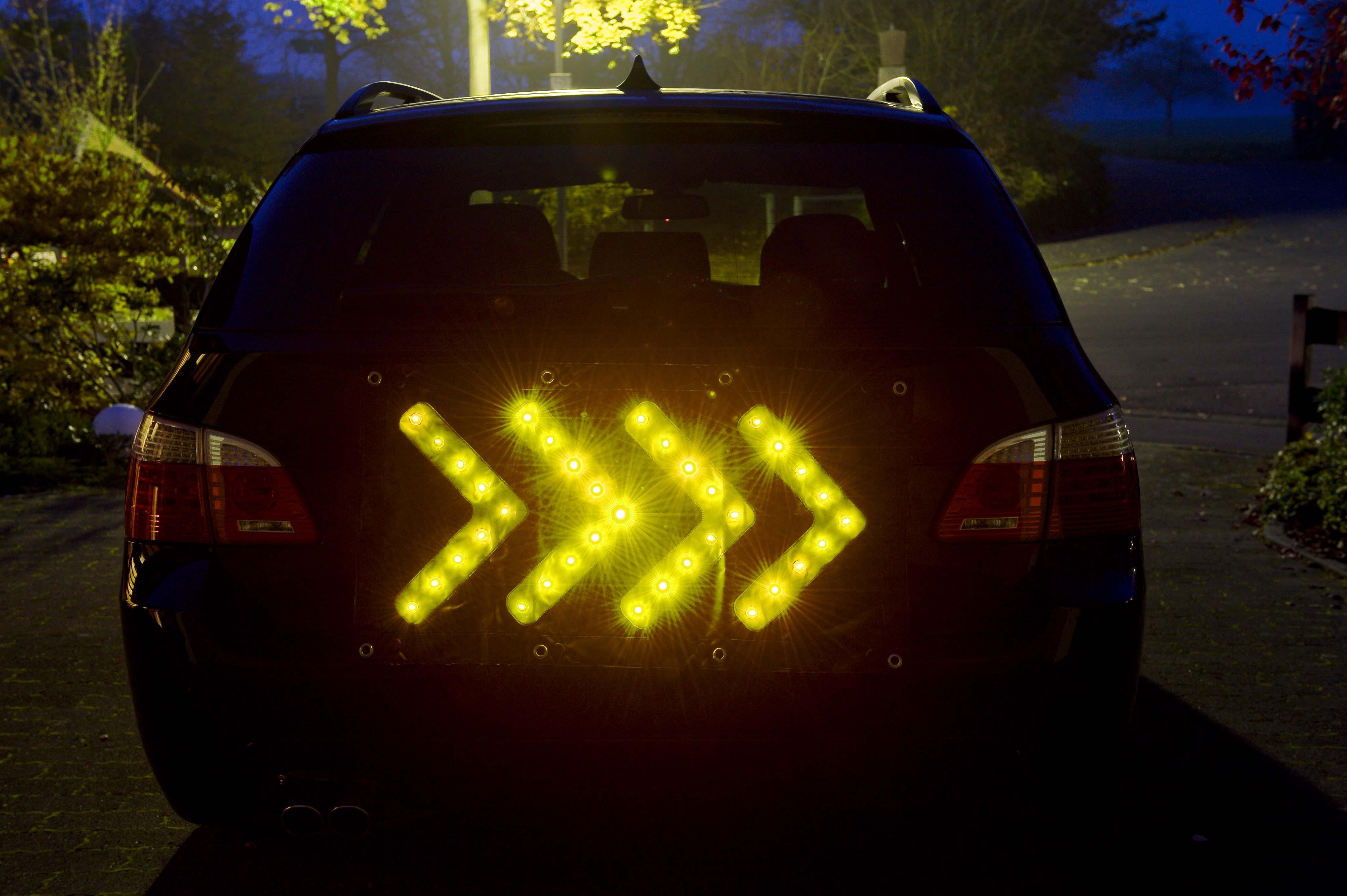 Led warntafel mit leuchtpfeilen faltleittafel f r feuerwehren for Gelbe tafel